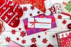 Een conceptueel beeld van Kerstmis huidig aan een geliefd meisje royalty-vrije stock afbeeldingen