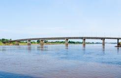 Een concrete brug die over de rivier in Thailand overgaan Stock Foto