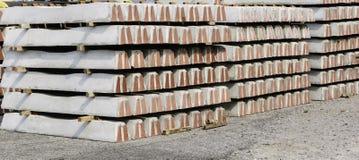 Een concrete die dwarsbalk is een spoorwegband uit staal wordt gemaakt versterkt Stock Afbeelding