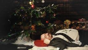 Een contant geld van de zakenmanslaap op Kerstnacht stock footage