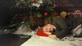 Een contant geld van de zakenmanslaap op Kerstnacht stock video