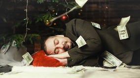 Een contant geld van de zakenmanslaap op Kerstnacht stock videobeelden