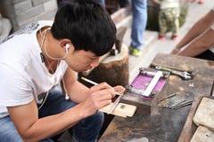 Een Craftpersons maakt het zilveren werk Stock Foto