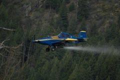 Een cropdustervliegtuig bespuit chemische producten Stock Afbeeldingen