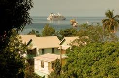 Een cruiseschip bij anker in de grenadines Stock Afbeeldingen