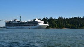 Een cruiseschip croses onder de brug van de Leeuwenpoort aangezien het zijn uitweg van de Haven van Vancouver maakt stock video