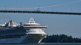 Een cruiseschip croses onder de brug van de Leeuwenpoort aangezien het zijn uitweg van de Haven van Vancouver maakt stock footage