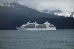 Een cruiseschip die de haven ingaan bij seward Royalty-vrije Stock Afbeelding
