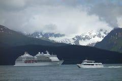 Een cruiseschip die de haven verlaten bij seward Stock Foto's