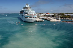 Een cruiseschip dokte en anonieme mensen Stock Foto