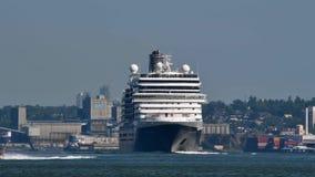 Een cruiseschip maakt zijn manier over de bezige Burrard-Inham stock videobeelden