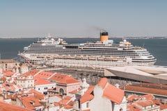 Een cruiseschip wordt gedokt bij de haven van Lissabon, Portugal De cruise is over Tejo River, dichtbij de mond van de Atlantisch stock foto