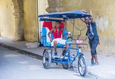 Een Cubaanse riksjabestuurder Royalty-vrije Stock Foto