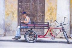 Een Cubaanse riksjabestuurder Stock Afbeeldingen