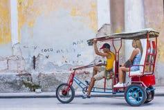 Een Cubaanse riksjabestuurder Stock Afbeelding