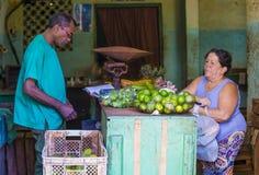 Een Cubaanse vruchten verkoper Stock Foto's