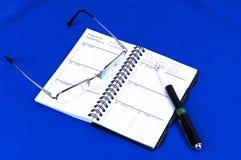 Een dagtijdopnemer met glazen op blauw. royalty-vrije stock afbeeldingen