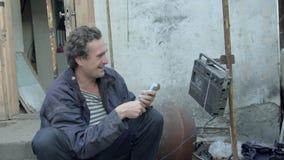 Een dakloze mens vond het contante geld en telt het geldhumeur 4K stock video
