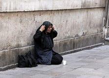 Een dakloze vrouw die in Venetië, Italië bedelt Stock Afbeelding