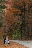Een dalingsdag door het hout ergens in Transsylvanië met een mooi meisje Royalty-vrije Stock Foto's