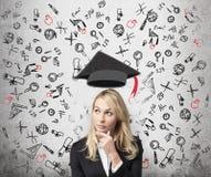 Een dame denkt over de voordelen van onderwijs na royalty-vrije stock afbeelding