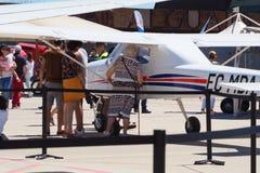 Een dame die binnen een two-seater vliegtuig snooping royalty-vrije stock foto