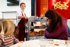 Een dame die in een dim sumrestaurant dienen royalty-vrije stock afbeelding