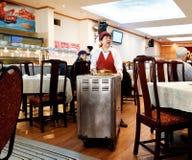 Een dame die in een dim sumrestaurant dienen royalty-vrije stock foto