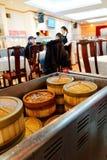 Een dame die in een dim sumrestaurant dienen stock fotografie