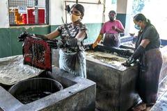 Een dame die een batik bij de Baba Batik-fabriek dichtbij Matale in Sri Lanka sterven stock foto's