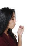 Een dame die haar geschilderde spijkers blaast droog te worden. Stock Fotografie