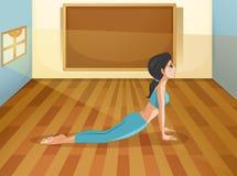 Een dame die yoga binnen een ruimte met een lege raad uitvoeren Stock Fotografie