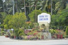 Een ` dankt u opnieuw, komt `-signage bij de grens van Digos-Stad en Hagonoy, Davao del Sur, Filippijnen wordt gesitueerd die stock afbeelding
