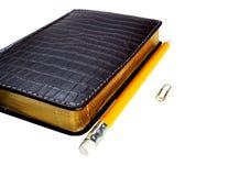 Een datebook en een pensil izolated Royalty-vrije Stock Foto's