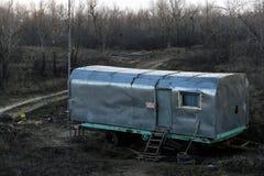 Een de bouwaanhangwagen voor arbeiders met zonbescherming Royalty-vrije Stock Afbeelding