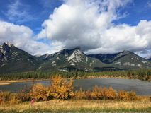 Een de herfstmening van de bergen en het landschap in Jasper National stock afbeelding