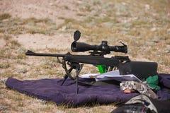 Een de jachtgeweer met optisch gezicht en bipod steunt, royalty-vrije stock afbeelding