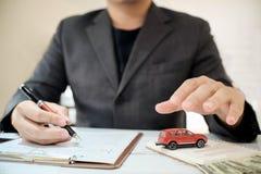 Een de makelaarsaanbieding van de Mensenverzekering beschermt uw auto Stock Afbeelding