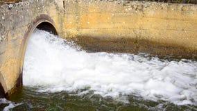 Een de pijpverplaatsing van de afvalwaterdrainage het water stock videobeelden