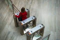Een de scannercontrole van de vrouwen accesing veiligheid fingerprents bij de ingang stock foto