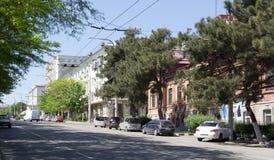 Een in de schaduw gestelde straat in het centrum van Novorossiysk Stock Foto