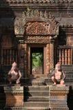 Een de tempeldeur van Banteay Srei Stock Foto