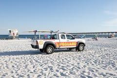 Een de vrachtwagen en de badmeesterpost van de badmeesterredding bij Pensacola-Strand, Florida royalty-vrije stock fotografie