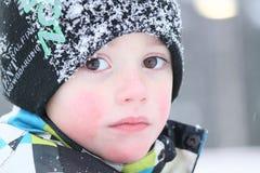 Een de winterportret van een jongen stock afbeelding