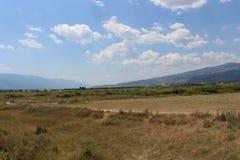 Een de zomerlandschap van Bulgarije, tussen Belasitsa en Ograzhden, aan het eind van de zomer Stock Foto's