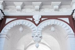Een deel van een architecturaal gebouw met bogen, gipspleister, pilasters royalty-vrije stock foto's