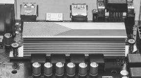 Een deel van ASUS-motherboard met het close-up van de aluminiumradiator chipset, zwart-witte foto royalty-vrije stock foto's