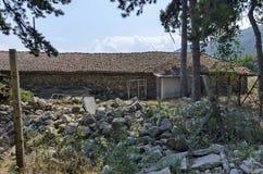 Een deel van boerenerf met authentiek oud bijgebouw bij Batkun-Klooster royalty-vrije stock fotografie