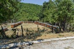 Een deel van boerenerf met bijenstal bij Batkun-Klooster royalty-vrije stock afbeeldingen