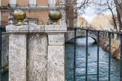 Een deel van brug over stromende Europese rivier Stock Foto's